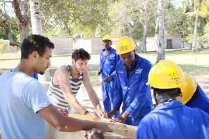 Zahnprophylaxe-Container für Afrika-Handwerker bei der Arbeit