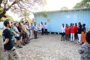Zahnprophylaxe-Container für Afrika-Handwerkerteam bei der Besprechung