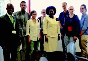 Zahnprophylaxe-Container für Afrika-Ronja Kuegow mit einem Teil des Teams
