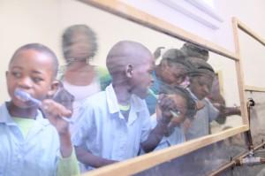 Zahnprophylaxe-Container für Afrika-afrikanische Kinder beim Zaehneputzen